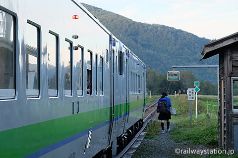 JR石北本線・旧白滝駅で列車から降りた女子高生