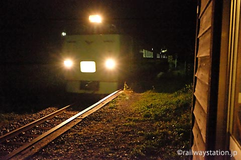 石北本線、夜の旧白滝駅を通過する札幌行き特急オホーツク