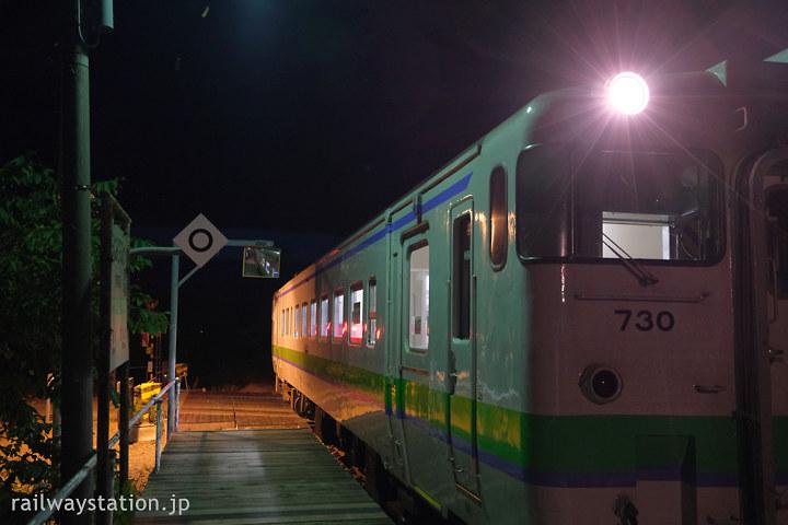 宗谷本線、廃止が決まった南美深駅に停車する列車