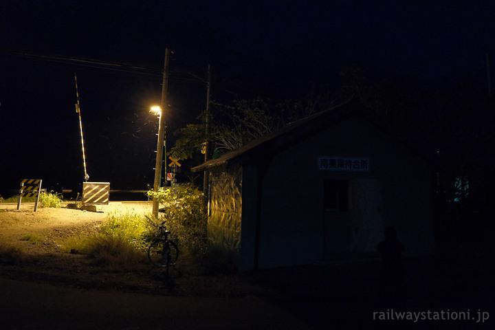 宗谷本線、夜の闇に包まれた南美深駅待合室