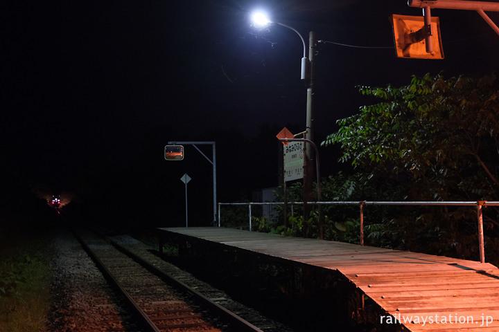 宗谷本線、短い板張りホームの南美深駅