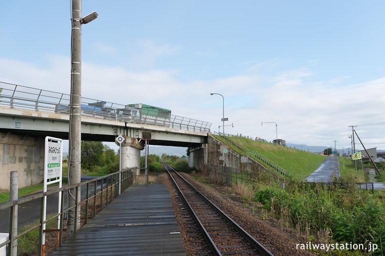 宗谷本線、国道40号線の跨線橋下にある南比布駅