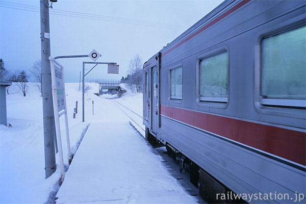 冬の宗谷本線、早朝の南下沼駅に到着したキハ54の普通列車