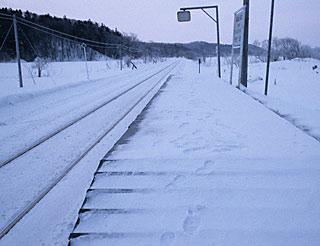 冬の宗谷本線・南下沼駅、停留所スタイルの短い板張りホーム