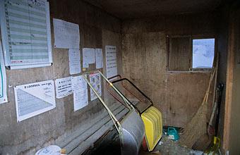 宗谷本線・南下沼駅の待合室、備品の除雪用具