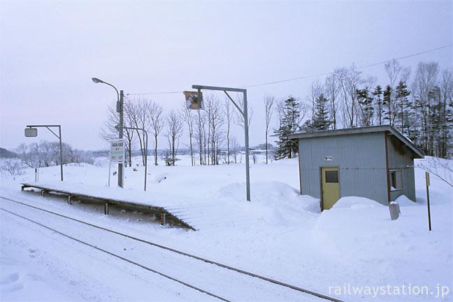 宗谷本線、廃駅になる南下沼駅、短いホームと待合室の停車場型の駅