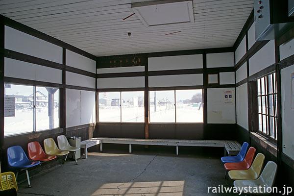 釧網本線・藻琴駅の木造駅舎、原形を良くとどめた待合室