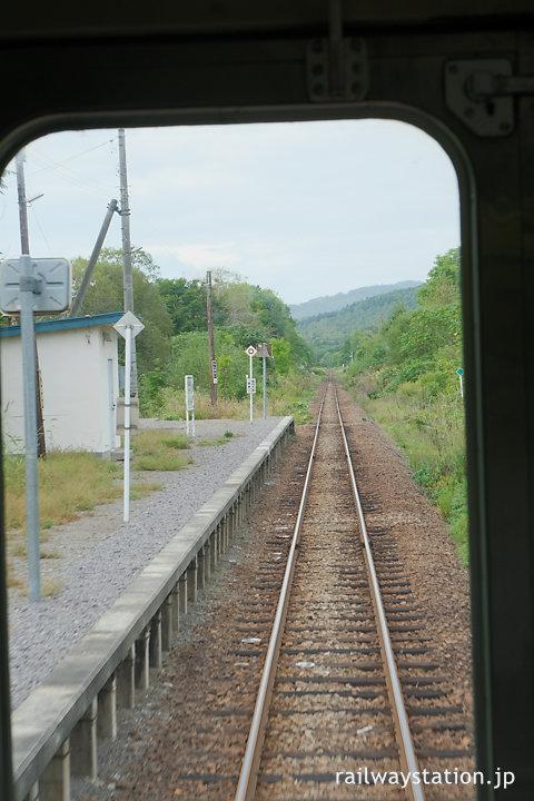 宗谷本線、車内から見た紋穂内駅ホーム