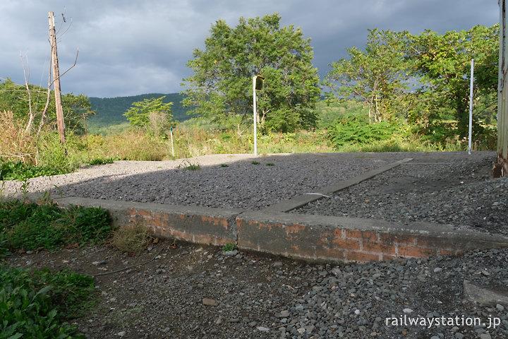 宗谷本線・紋穂内駅、旧駅舎残骸のコンクリート基礎部分