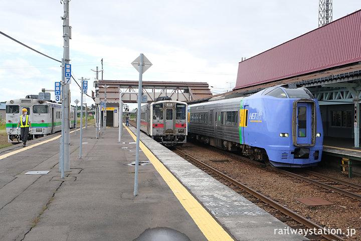 宗谷本線・名寄駅、3本の列車がホームを賑わす