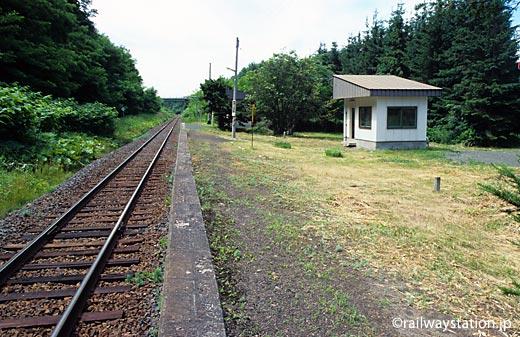 JR北海道・西女満別駅、1面1線のホームと待合室があるだけの無人駅