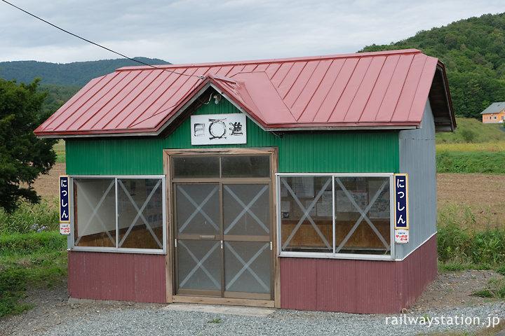 宗谷本線・日進駅、古い木造の待合室
