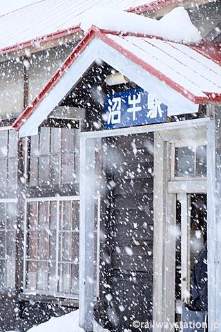 深名線、駅舎が霞むほどの雪が降る沼牛駅