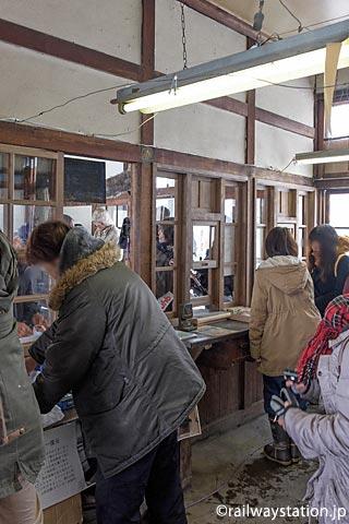 沼牛駅、ちほく高原鉄道・上利別駅の部材が使われ再現された窓口跡。