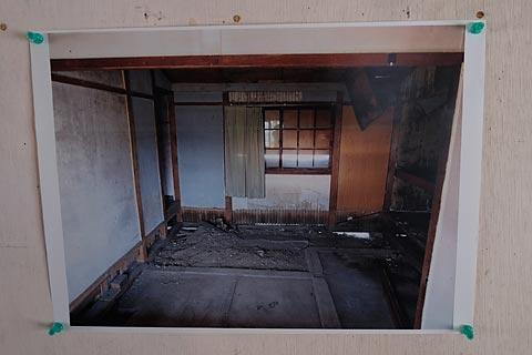 深名線・沼牛駅、廃線後、荒れた果てた木造駅舎内部。