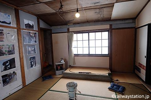 深名線・沼牛駅の木造駅舎、きれいに修復された駅員休憩室