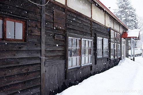 深名線・沼牛駅、クラウドファンディングできれいに修復された木造駅舎