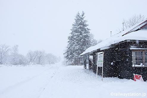 修復された沼牛駅駅舎、今にも列車が来そうな深名線らしい冬景色