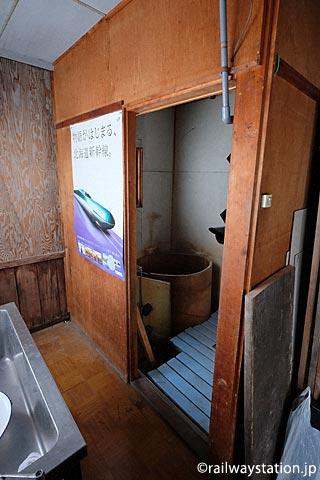 JR北海道・深名線・沼牛駅の木造駅舎、増築部分の浴室跡