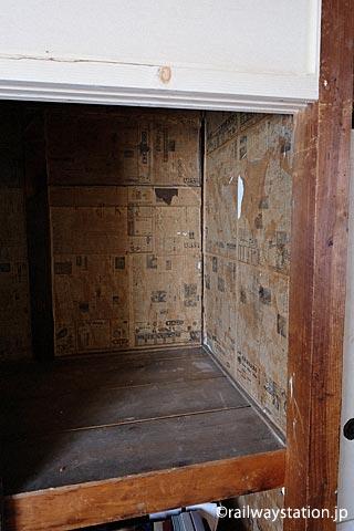 深名線・沼牛駅駅舎の宿直室、押入れに貼られた古い新聞紙