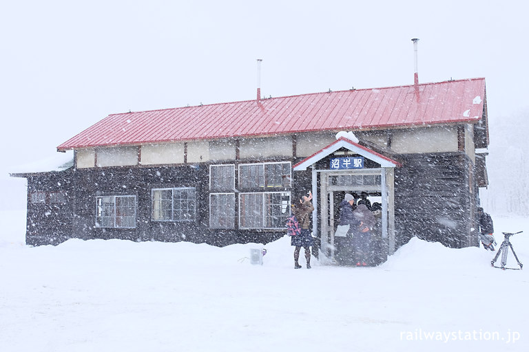 改修完了お披露目の日、大雪に見舞われる旧沼牛駅