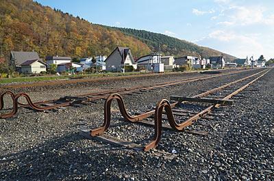 JR根室本線・布部駅、長い側線が伸びる広い駅構内。