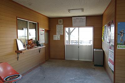 JR根室本線・布部駅の木造駅舎、待合室内部もすっかり改修されている。