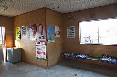 JR根室本線・布部駅待合室。窪みはトイレを後付けしたもの。