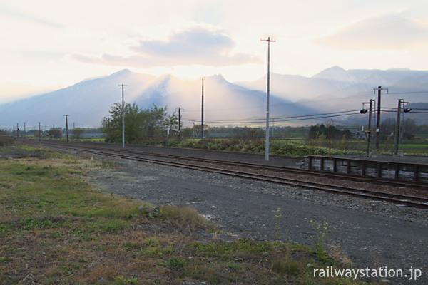 北海道富良野市、芦別岳などJR布部駅から見た山々