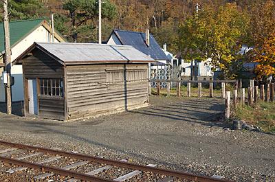 JR布部駅構内、古い木造の倉庫