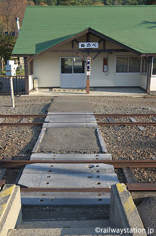 JR根室本線・布部駅、ホームと駅舎を繋ぐ構内通路