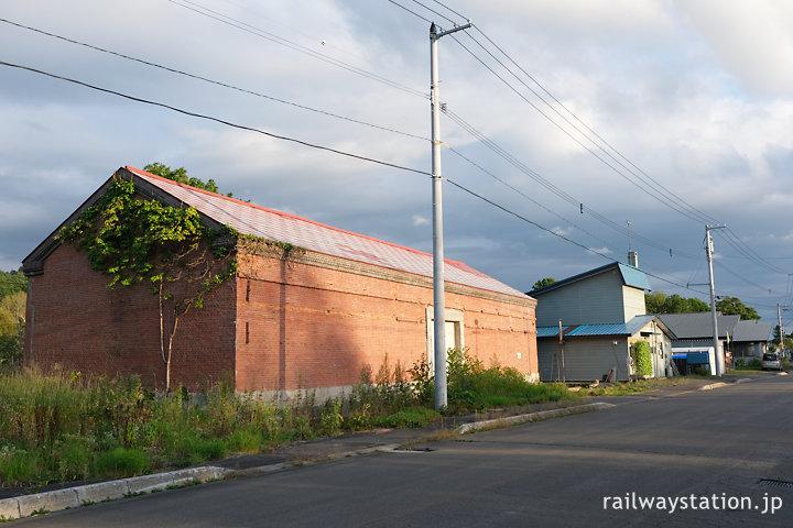 宗谷本線・恩根内駅前集落の中のレンガ造りの農業倉庫