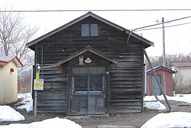 函館本線・渡島沼尻駅、傾きつっかえ棒で支えられている木造駅舎
