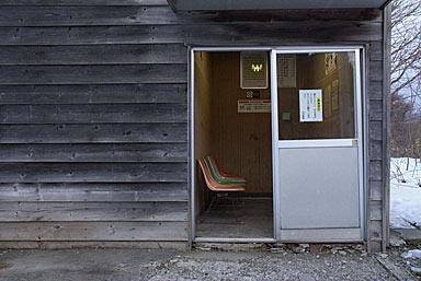 渡島沼尻駅・木造駅舎一角に設置された待合室