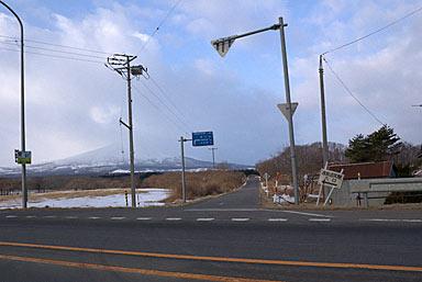 国道278号線から見た駒ヶ岳と渡島沼尻駅への道