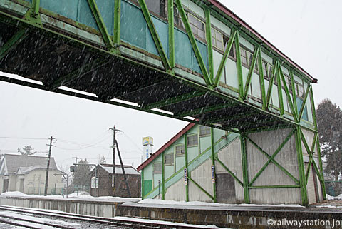 函館本線・渡島大野駅、木造の古い跨線橋