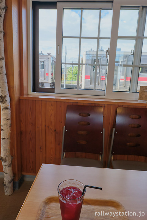 比布駅、駅舎カフェで紫蘇ジュース