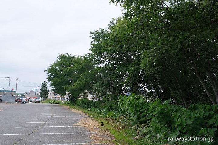 中標津市街地の標津線廃線跡、鉄道のカーブを思わす駐車場