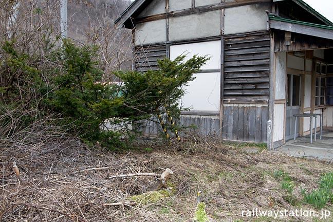 JR北海道・石北本線・下白滝駅、木造駅舎横の池庭跡
