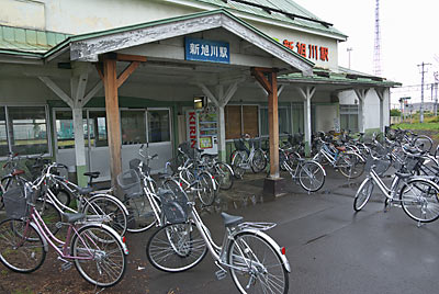 宗谷本線・石北本線・新旭川駅の木造駅舎、車寄せ