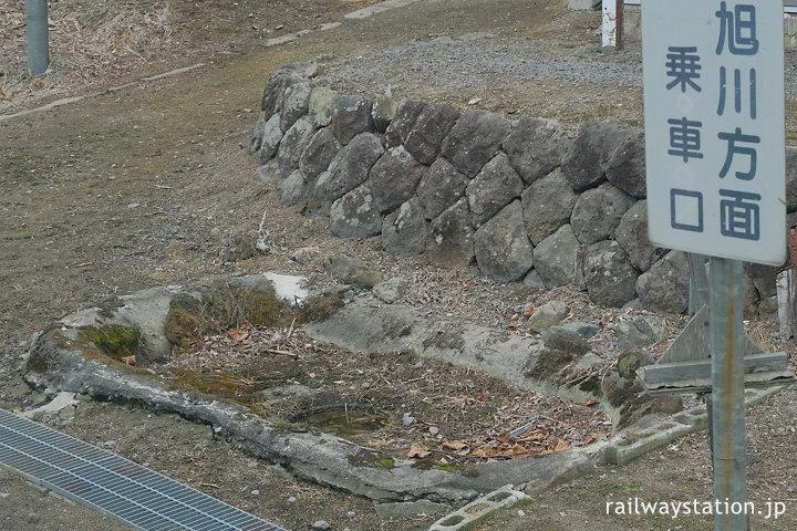 宗谷本線車内から見た塩狩駅の枯池