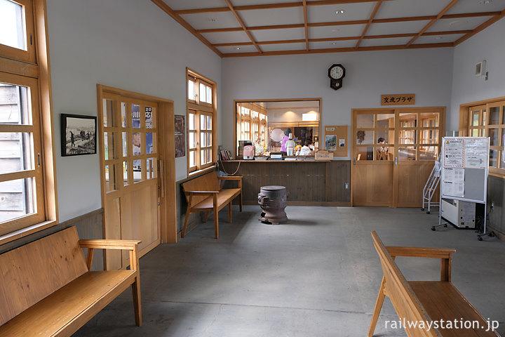 天塩中川駅の木造駅舎、木の椅子が置かれた待合室