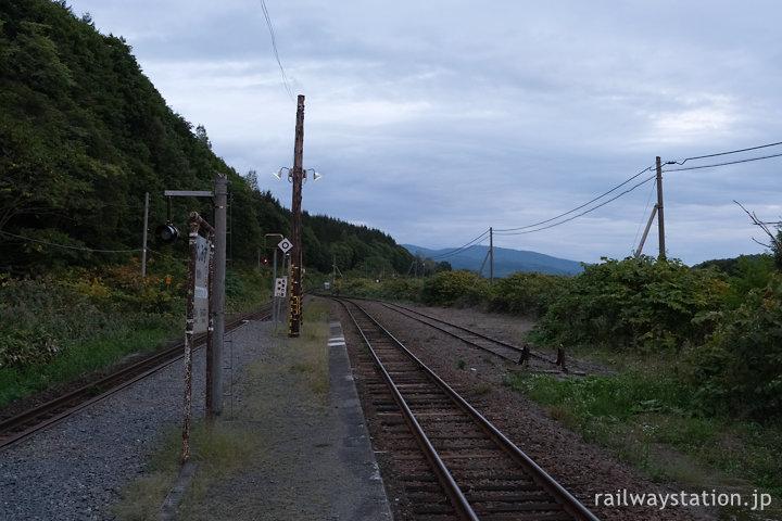 宗谷本線、行き違いホームに側線もある豊清水駅