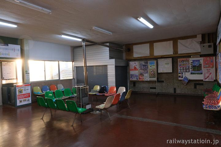 宗谷本線・豊富駅、哀愁漂う待合室