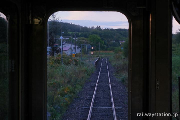宗谷本線早朝の稚内発の一番列車が勇知駅に進入…