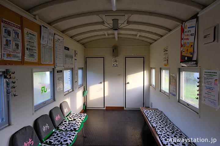 宗谷本線、貨車廃車体駅舎だけどきれに整備された勇知駅の待合室