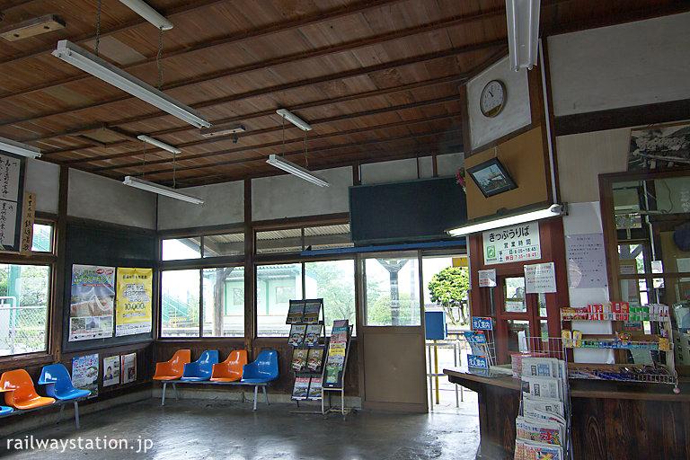 豊前松江駅の木造駅舎、昔の趣とどめた待合室と切符売場
