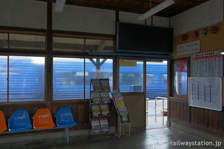 JR日豊本線・豊前松江駅、特急ソニックが通過