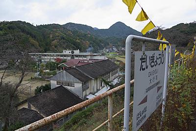 日田彦山線・大行司駅プラットホームから街を見下ろす