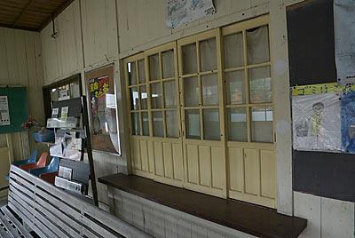 日田彦山線・大行司駅の木造駅舎、手小荷物窓口跡